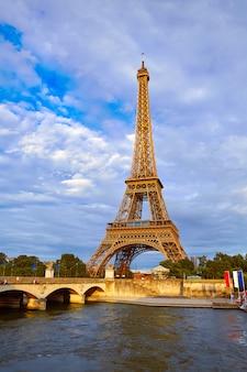 パリフランス日没でエッフェル塔