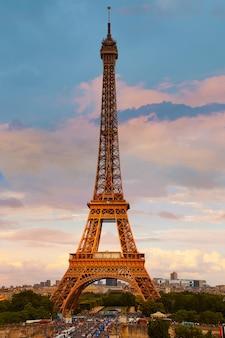 青い空フランスの下のパリのエッフェル塔