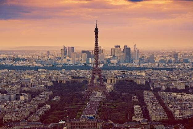 パリの空中日没フランスのエッフェル塔