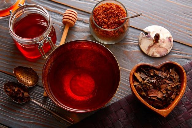 番茶は木の上の黄金のボウルで提供しています