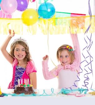 風船で子供たちの幸せな誕生日パーティーの女の子