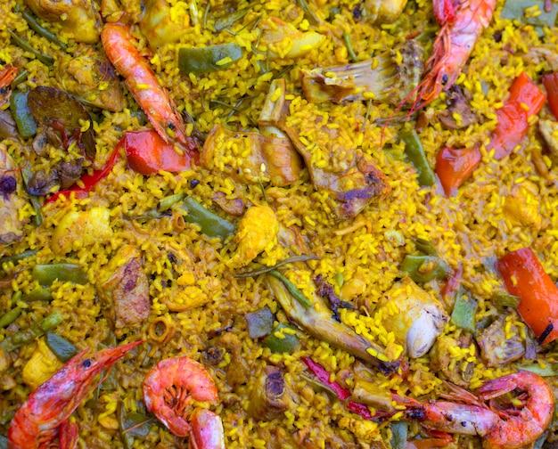 肉とシーフードが混在するスペインのライスパエリア