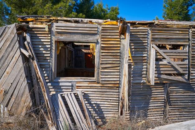ハリケーンによって破壊された古い木造のキャビンハウス