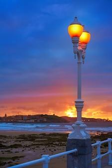 Хихон горизонты заката на пляже сан-лоренцо, астурия