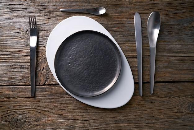 カトラリーとモダンな料理プレートテーブルサービス