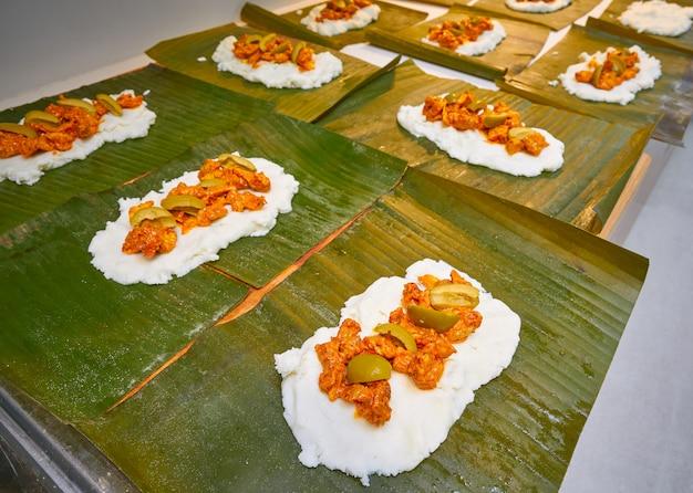Препарат тамале по мексиканскому рецепту с банановыми листьями