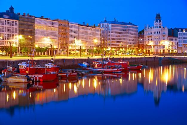スペイン、ガリシアのアコルーニャサンセットポートマリーナ