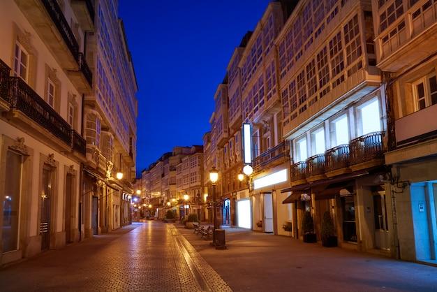 スペイン、ガリシアの港近くのラ・コルーニャファサード夕日