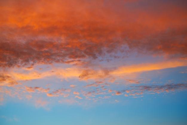 Закатное небо с оранжевыми облаками и синим