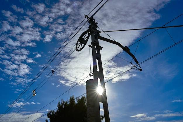青い空の下で電車ケーブルのカウンターウェイト