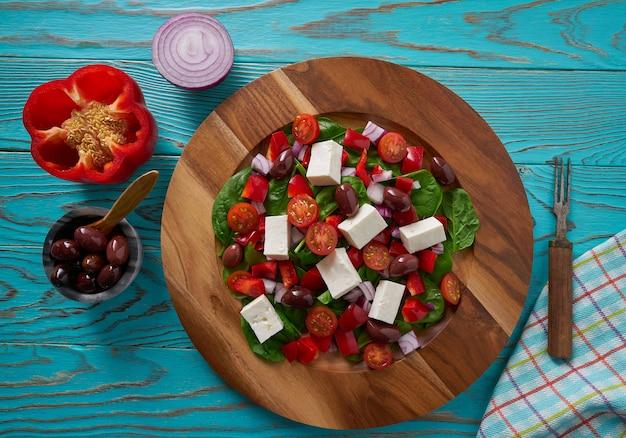 Сырный салат с помидорами, шпинатом и оливками