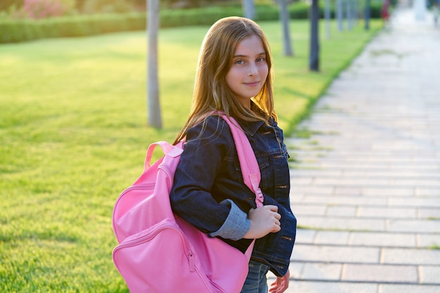 公園で金髪の子供学生の女の子