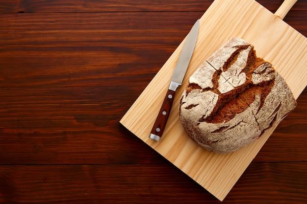ライ麦パンの暗い木製のテーブル