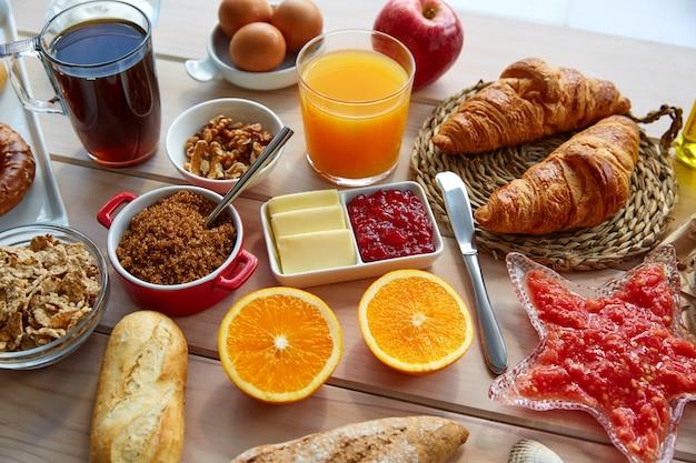 コーヒー付きコンチネンタル・ビュッフェ式朝食