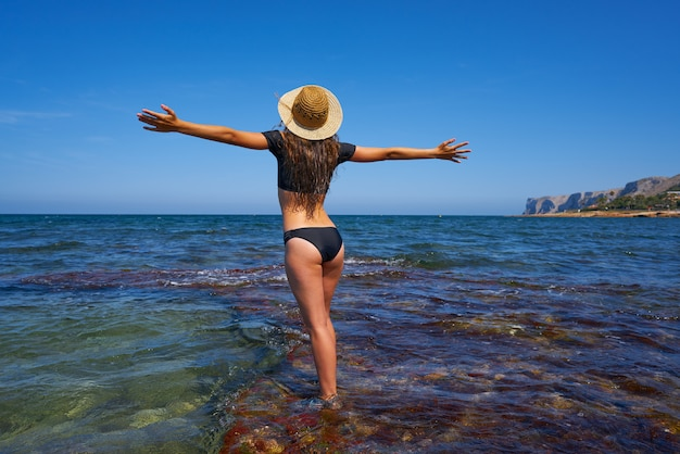 夏の地中海のビーチでビキニの女の子