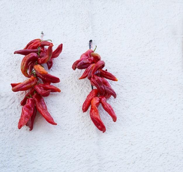 Красный острый перец висит в альпухаррас гранада
