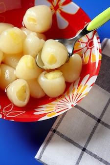 Личи с ананасом внутри десерта