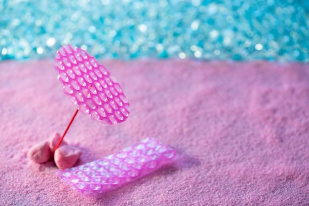 ビーチ休暇の概念ピンクの砂の日傘