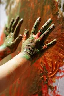 子供アーティストの手のカラフルな絵