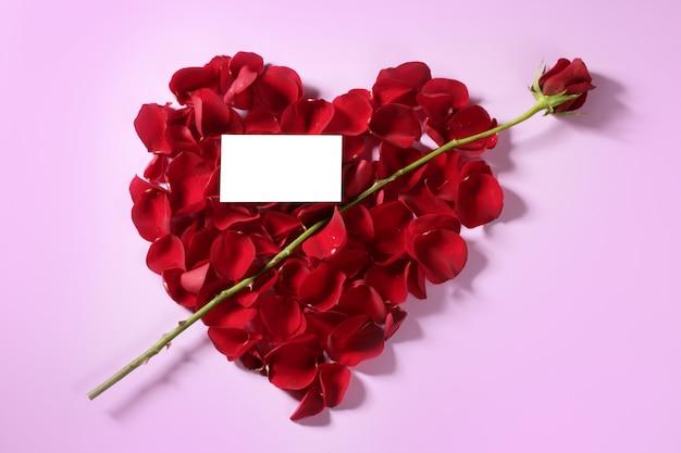 赤いバラの花びらのハート形のキューピッド矢印