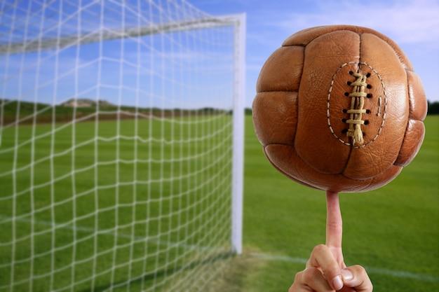 サッカーボールを手にネットサッカーゴール