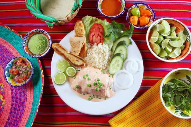 エビでいっぱいの魚の切り身メキシコのチリソース