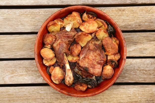 子羊肉ローストオーブンの粘土鍋ジャガイモ