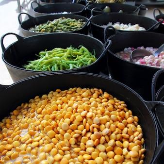 Люпины на рынке солений с зеленым перцем чили