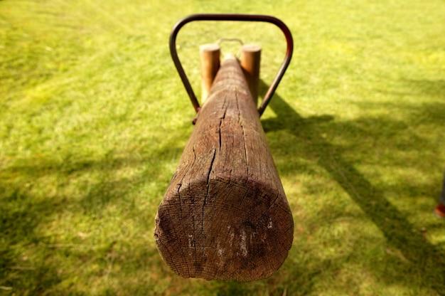 公園の古い木製のシーソーよろめき