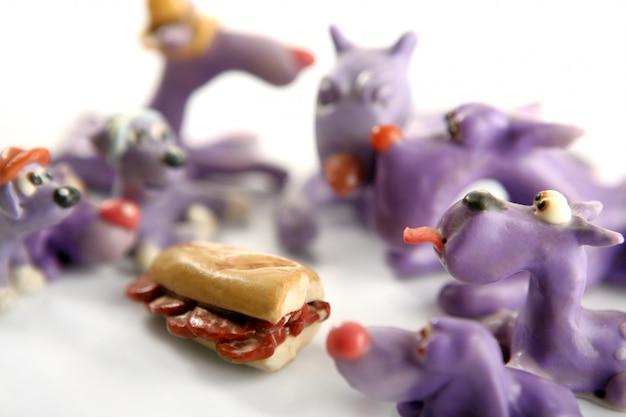 手作りの空腹の粘土犬、肉を食べる