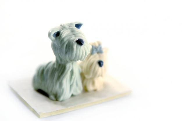 白で隔離される粘土手作り犬