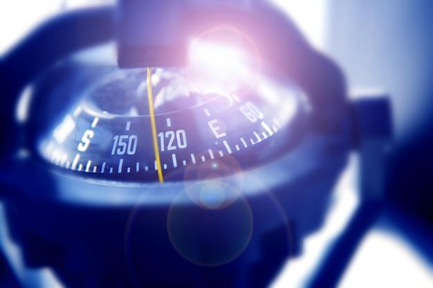 Лодка морской компас в черный синий свет подсветки