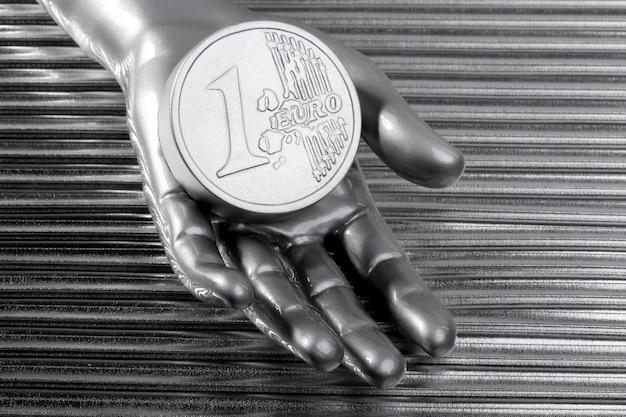 未来的な金属銀手のユーロ銀貨