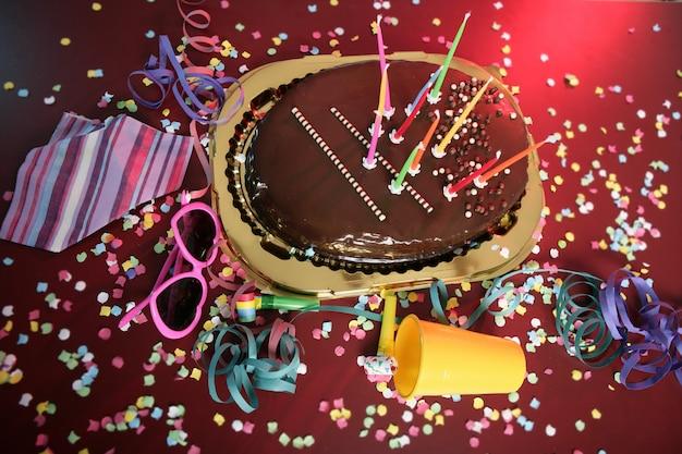 乱雑なテーブルの上のチョコレートホリデーパーティーケーキ