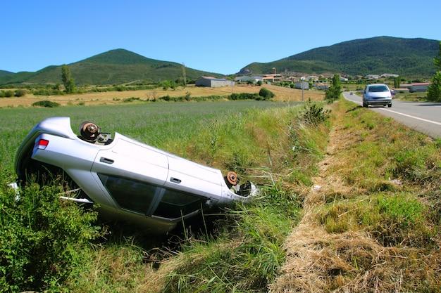 逆さまに車の衝突事故