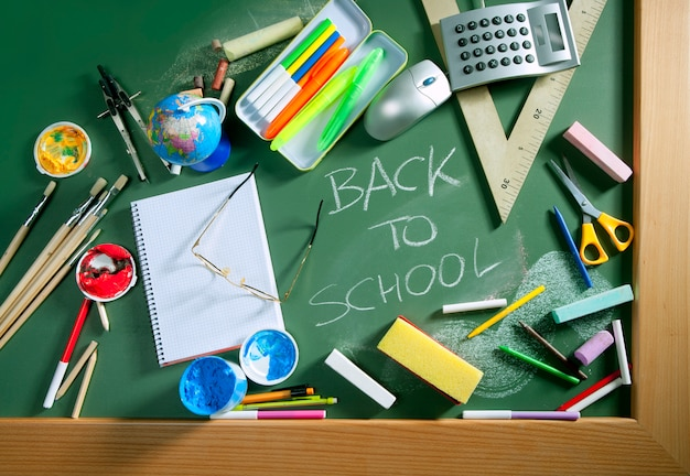 学校に戻る書かれた黒板グリーンボード