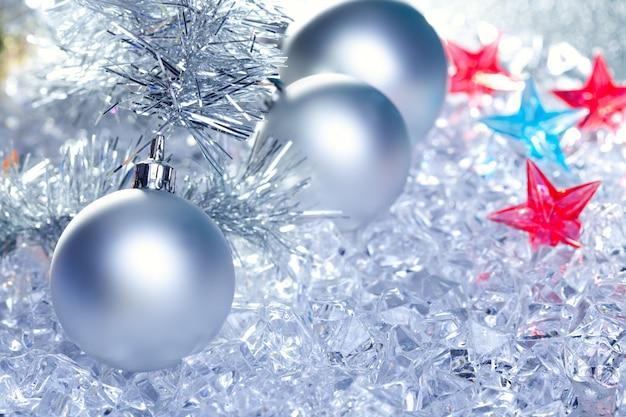 クリスマスつまらない銀の冬の氷の上