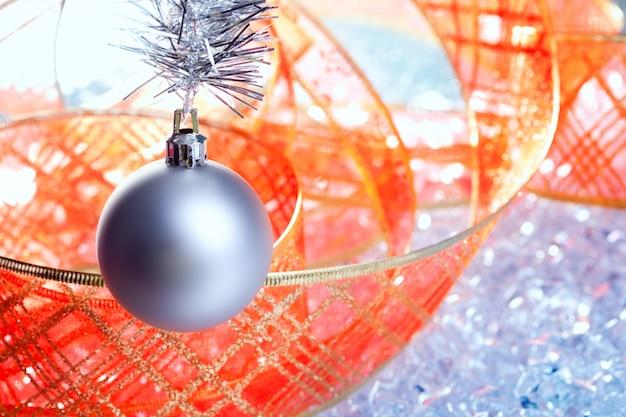 氷の上の赤いリボンとクリスマスシルバー安物の宝石