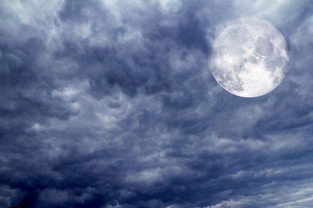 熱帯ストームの前に曇りの劇的な空