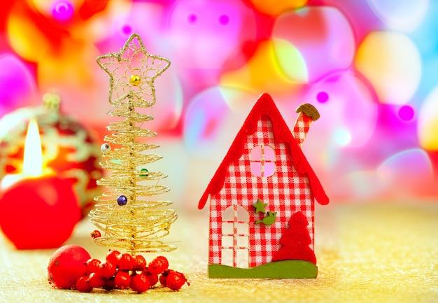 ゴールデンクリスマスツリーと赤いヴィシーハウス