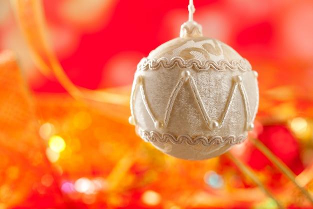 赤の白いベルベット安物の宝石のクリスマスカード