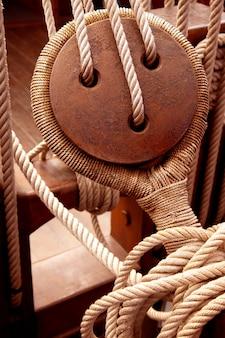Древние деревянные шкивы и канаты парусника