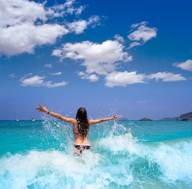 バレアレス諸島で水しぶきイビサ島のビーチの女の子
