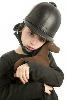 乗馬キャップ小さな女の子抱擁おもちゃの馬