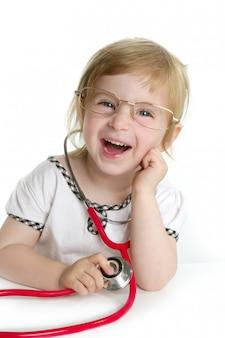 Милая маленькая девочка притворяется доктором
