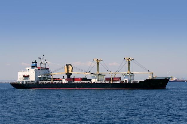 公海上の貨物船のセーリング