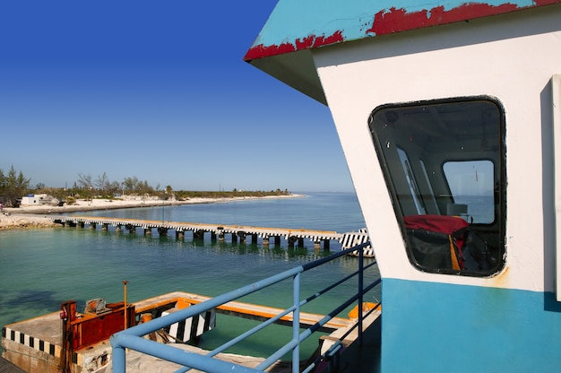 カリブ海のボートフェリーコントロールキャビン
