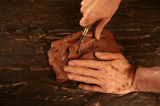陶芸職人の陶工の手仕事粘土