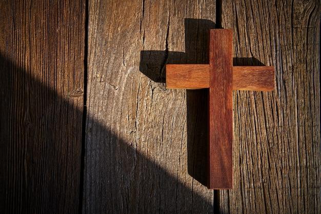 Христианский крест на дереве над деревянным