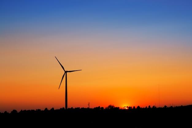 夕焼け空に風力発電機の風車